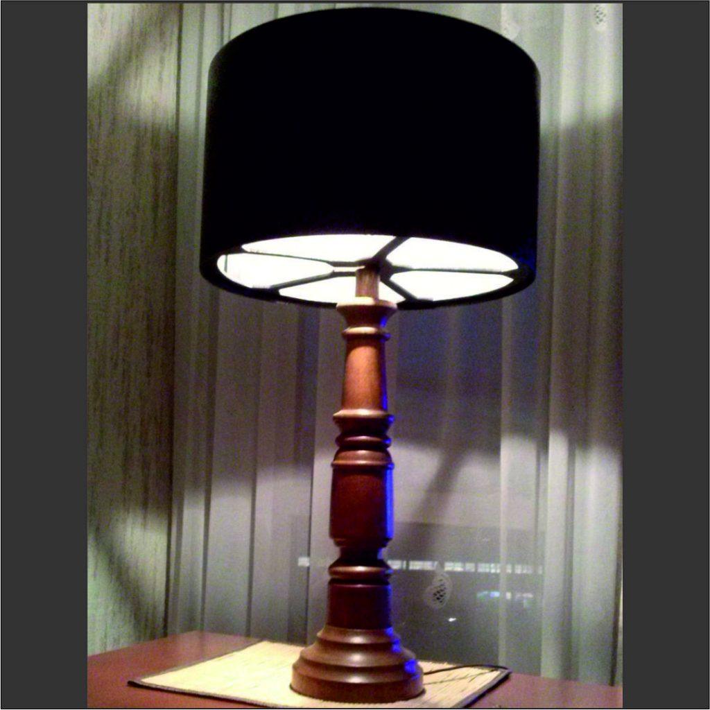 lampa -stołowa- na - drewnianej- toczonej-podstawie
